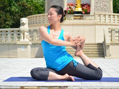 Mermaid Pose, Eka Pada Rajakapotasana variation – Step 2. YogaLily.com